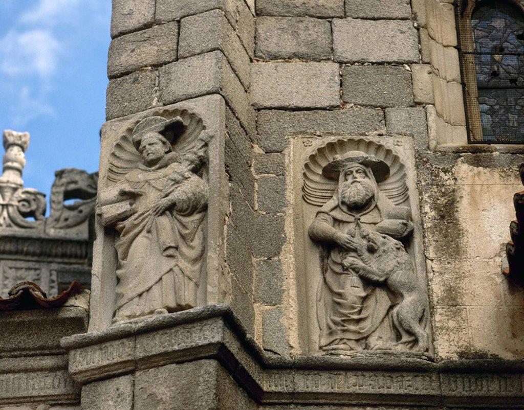 ARTE GOTICO. ESPAÑA. CATEDRAL DE AVILA. Iniciada en el siglo XII en estilo románico y finalizada en gótico. Detalle exterior de la fachada con la representación escultórica de SAN PABLO (izquierda) y SAN MARCOS (derecha). AVILA. Castilla-León. : Stock Photo