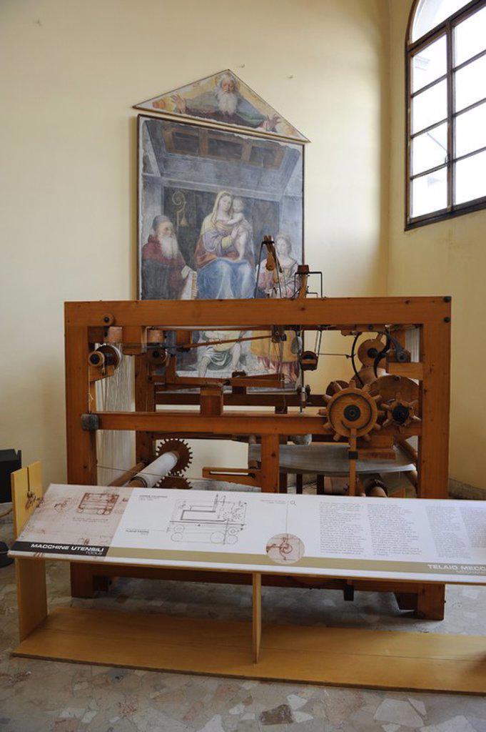 Stock Photo: 4409-72799 Tecnología Renacimiento. Artilúgio proyectado y diseñado por Leonardo Da Vinci (S. XV). Maqueta de un TELAR MECANICO. Leonardo hizo muchos estudios relacionados con maquinarias de hilado y tejido. Se dibuja un telar automático en el que todos los movimientos para la creación de una pieza de tela son suministrados por un solo eje movido por una manivela. 1495-1496. Museo Nacional de la Ciencia y Tecnología Leonardo Da Vinci. Milán. Italia.