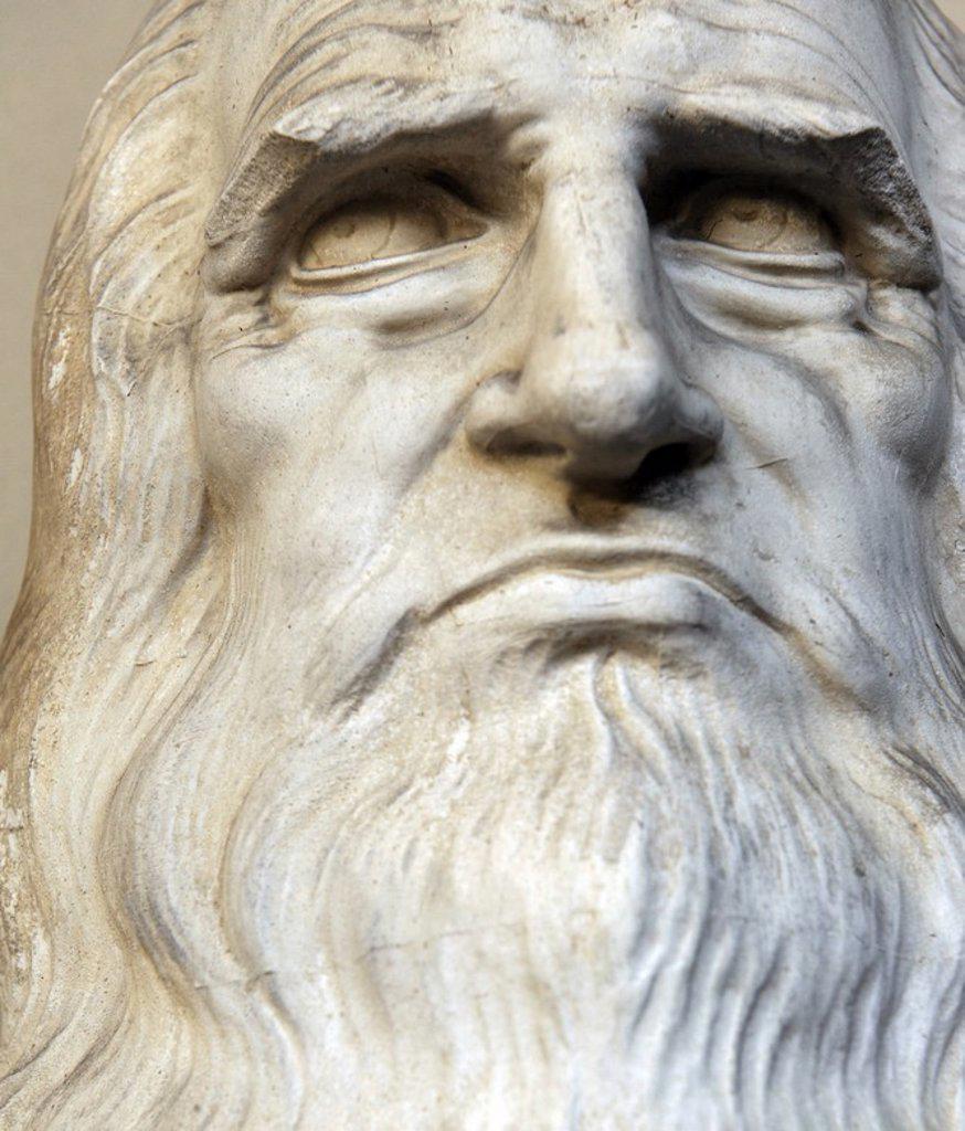 Stock Photo: 4409-73011 VINCI, Leonardo da (Vinci, 1452-Clos Lucé, 1519). Pintor, arquitecto, escultor, ingeniero y sabio italiano. Busto del humanista italiano en el patio interior del Museo Pinacoteca Ambrosiana. Milán. Italia.