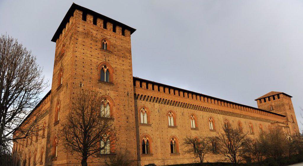 Stock Photo: 4409-73092 ITALIA. PAVIA. CASTILLO VISCONTEO. Construido entre 1360-1366 por Galeazzo II Visconti. Fortificación con elementos góticos. Vista exterior. Actualment sede de los Museos Cívicos. Lombardía. Norte de Italia.