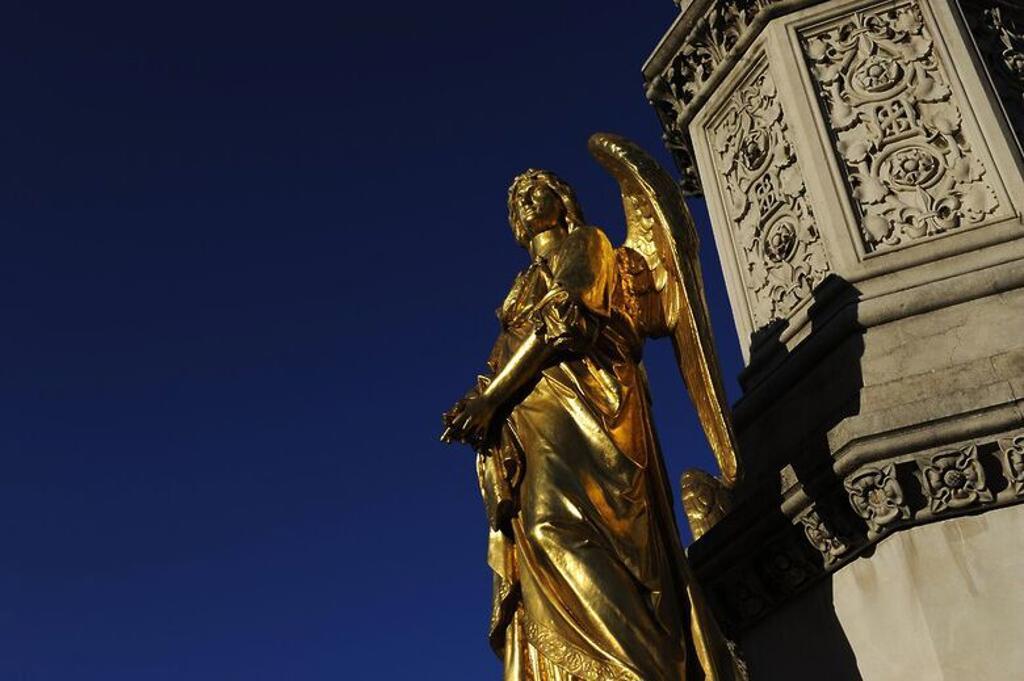 CROACIA. ZAGREB. Monumento construido en 1878, y dedicado a la Virgen María. Detalle de uno de los cuatro ángeles dorados ubicados sobre la peana de la fuente. Plaza Kaptol. : Stock Photo