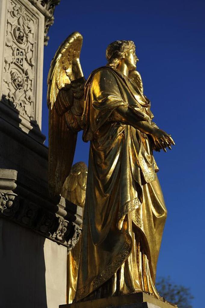 Stock Photo: 4409-73351 CROACIA. ZAGREB. Monumento construido en 1878, y dedicado a la Virgen María. Detalle de uno de los cuatro ángeles dorados ubicados sobre la peana de la fuente. Plaza Kaptol.