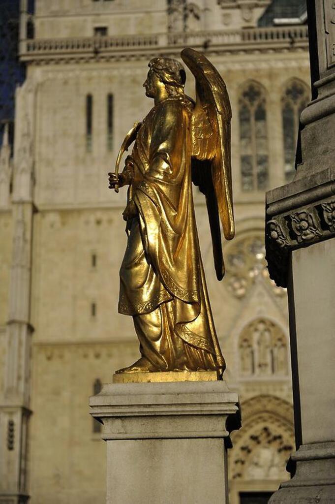 Stock Photo: 4409-73354 CROACIA. ZAGREB. Monumento construido en 1878, y dedicado a la Virgen María. Detalle de uno de los cuatro ángeles dorados ubicados sobre la peana de la fuente. Plaza Kaptol.