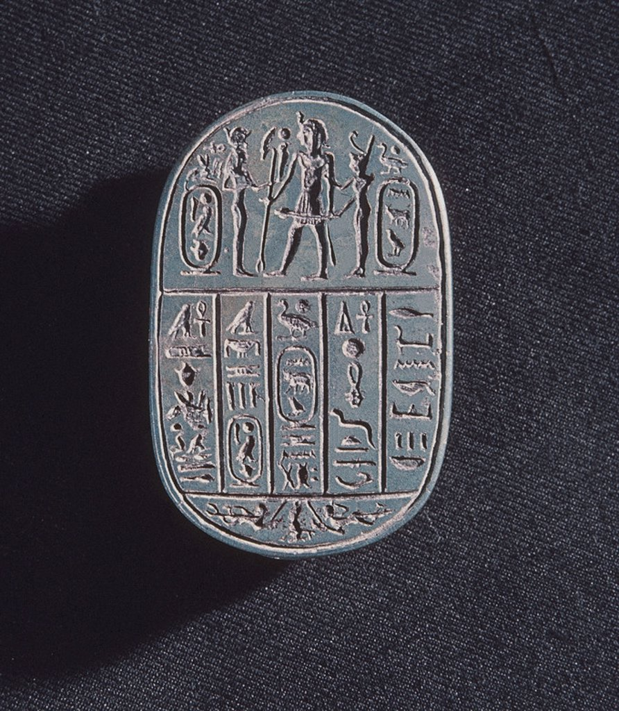 Stock Photo: 4409-9175 ESCARABEO-ANVERSO CON INSCRIPCION JEROGLIFICA. XXVI DINASTIA SAITA PERIODO TARDIO. BASALTO. 7 CMS LA. Location: EGYPTIAN MUSEUM, KAIRO, EGYPT.