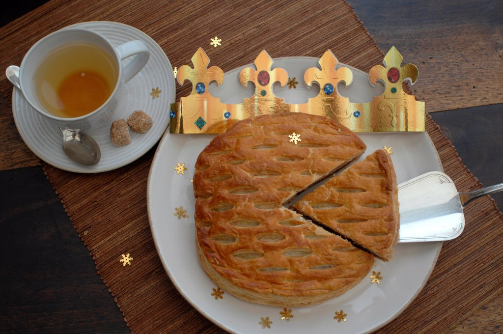 Cup of tea and cake with a crown of kings on board : Stock Photo