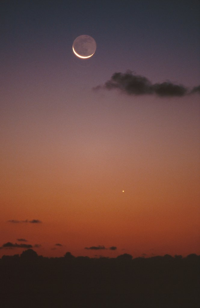 Conjunction Moon and Mercury seen from Brittany France : Stock Photo