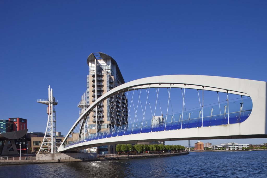 England, Lancashire, Manchester, Salford Quays, Millenium Bridge : Stock Photo