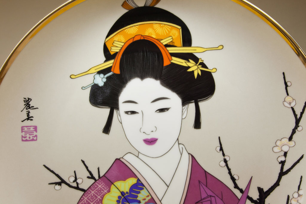 Souvenir plates depicting geisha, Ginza, Tokyo, Japan : Stock Photo