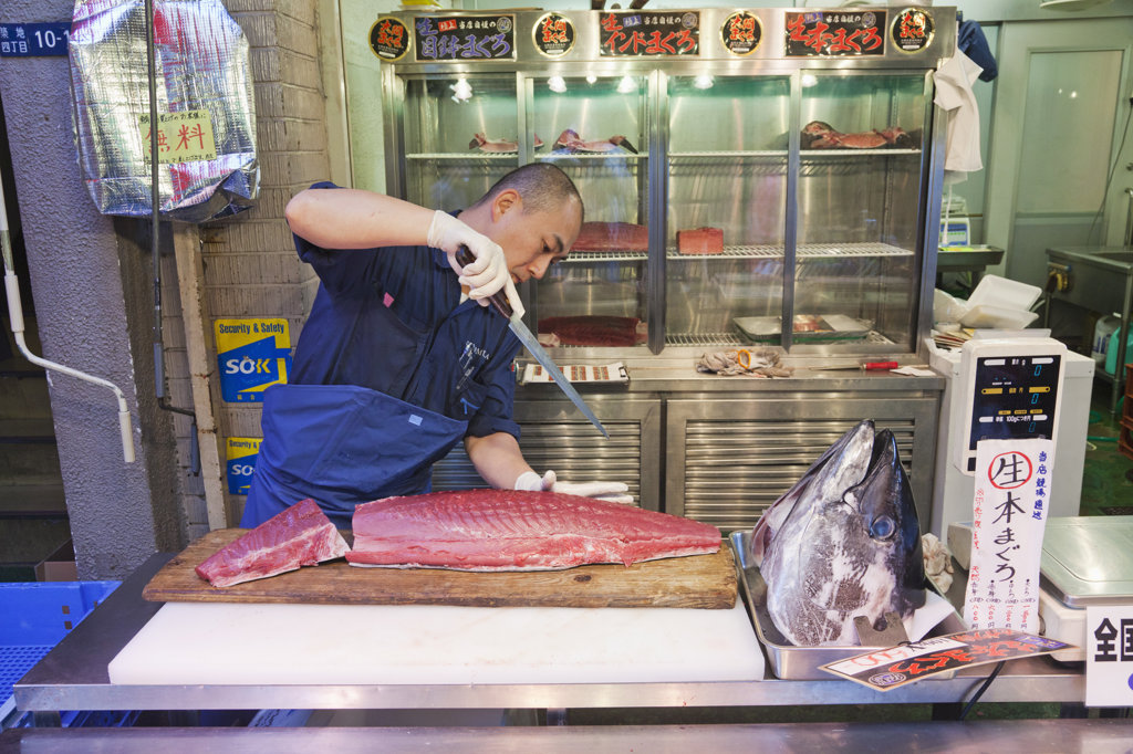 Fishmonger slicing tuna, Tsukiji Fish Market, Tokyo, Japan : Stock Photo