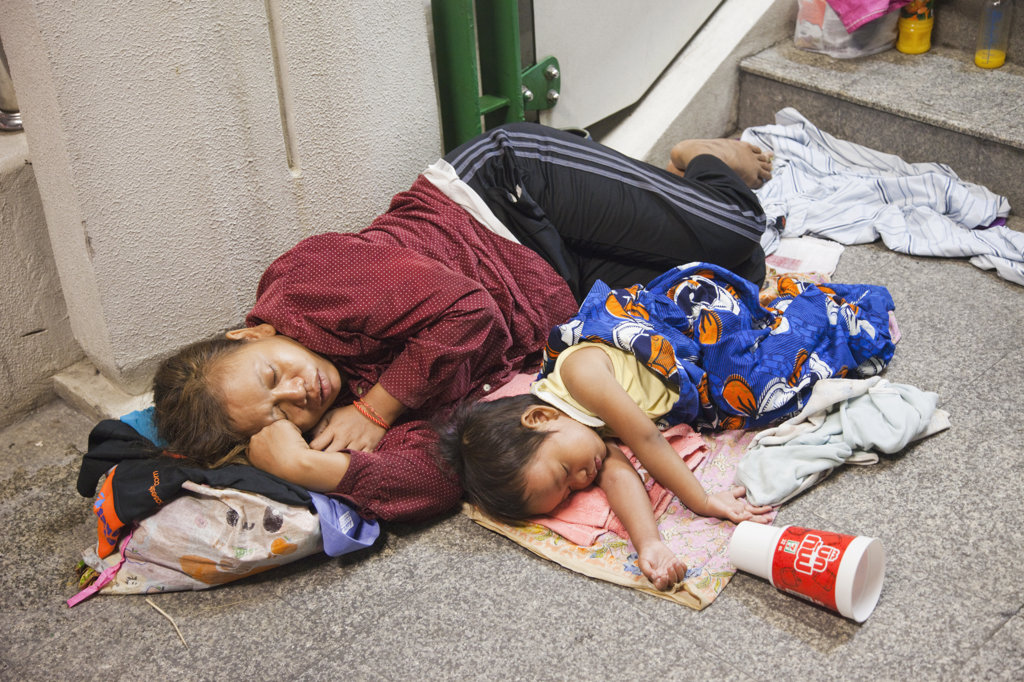 Stock Photo: 442-37058 Homeless woman sleeping with daughter on footpath, Bangkok, Thailand