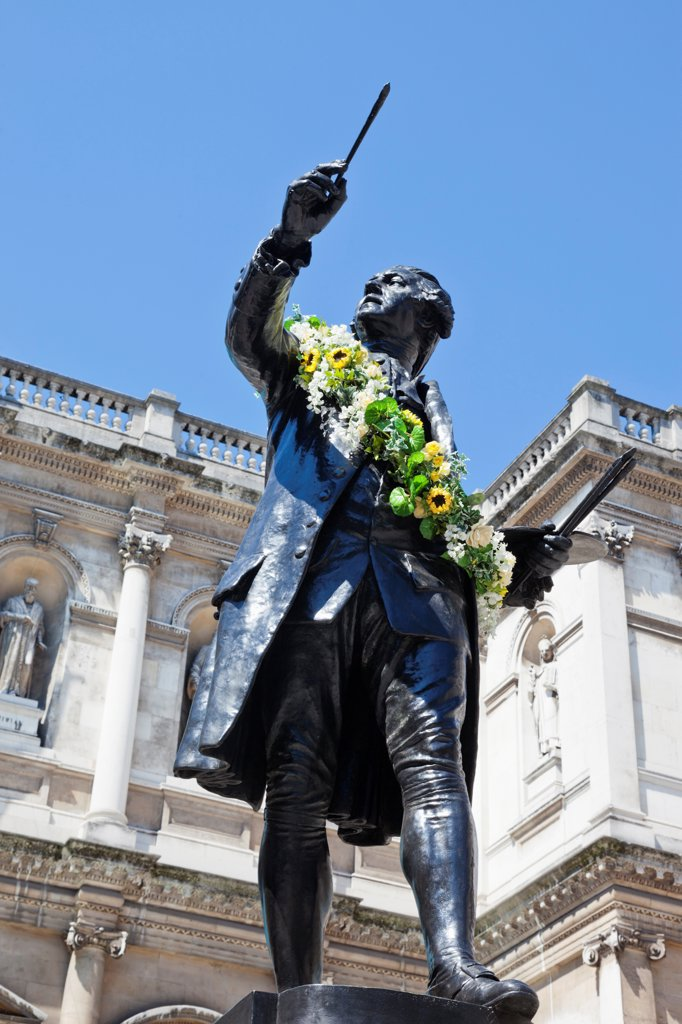 UK, London, Piccadilly, Burlington House, Royal Academy, Statue of Joshua Reynolds : Stock Photo