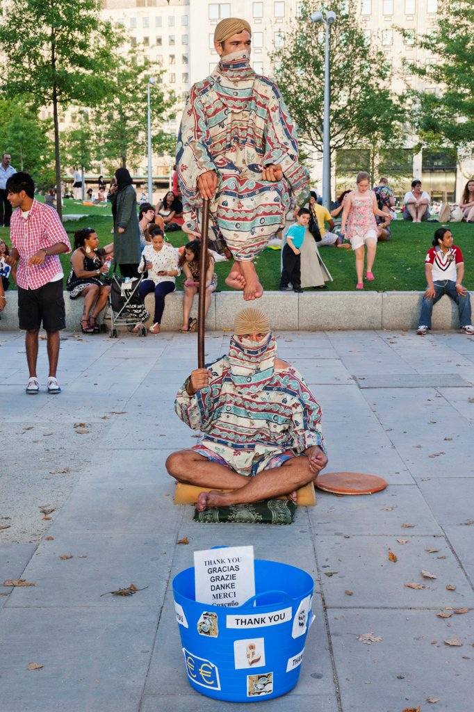 UK, London, Southwark, South Bank, Southbank Centre, Street performers : Stock Photo