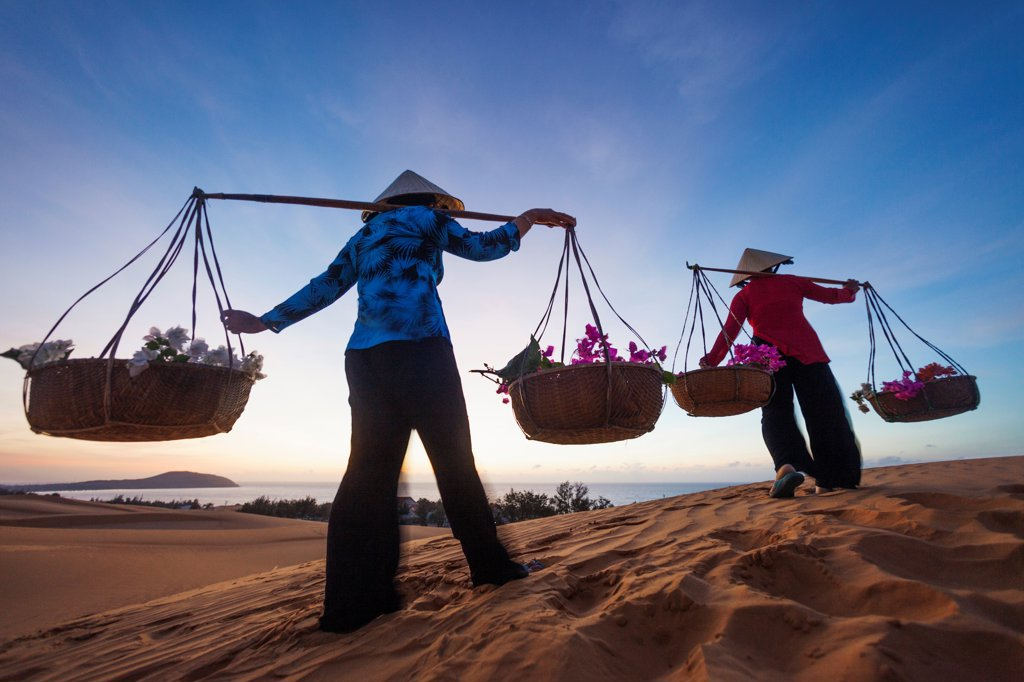 Stock Photo: 442-39089 Vietnam, Mui Ne, Sand Dunes and Local Women in Conical Hats