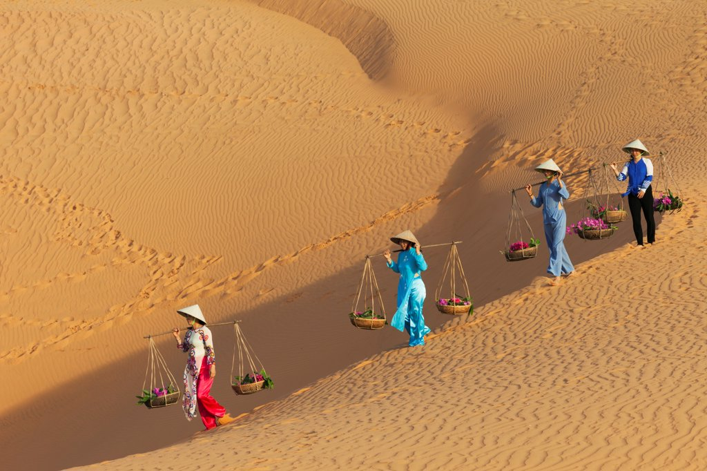 Stock Photo: 442-39107 Vietnam, Mui Ne, Sand Dunes and Local Women in Conical Hats