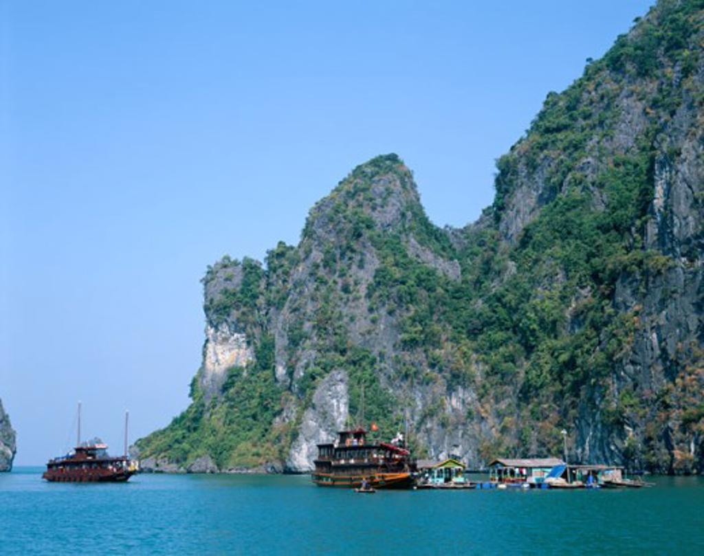 Stock Photo: 442-6334 Houseboats on water, Karst Limestone Rocks, Ha Long Bay, Vietnam