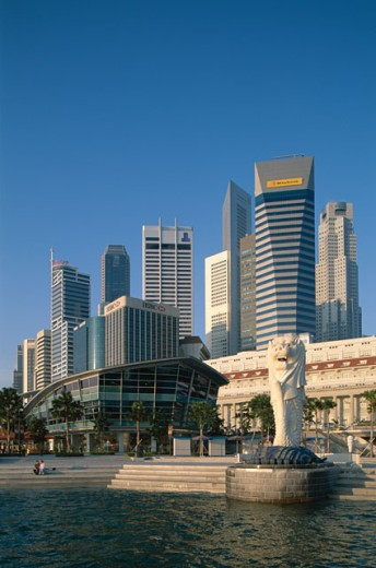 Low angle view of the Merlion Statue Fountain and Fullerton Building, Singapore : Stock Photo