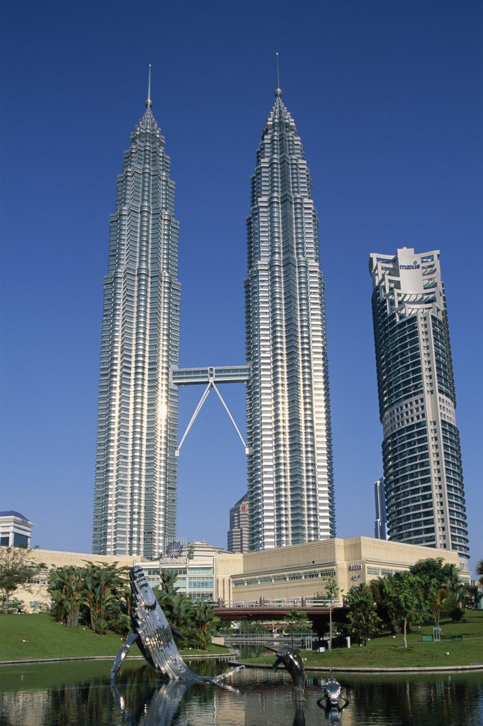 Low angle view of towers, Petronas Towers, Kuala Lumpur, Malaysia : Stock Photo