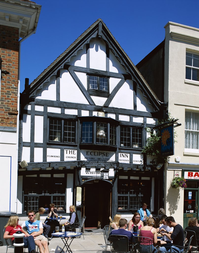 Tourists sitting in front of the Eclipse Inn, Winchester, Wiltshire, England : Stock Photo