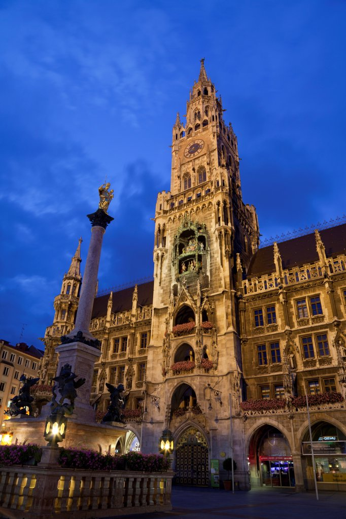 City hall and Marian column at night, New City Hall, Marienplatz, Munich, Bavaria, Germany, august : Stock Photo