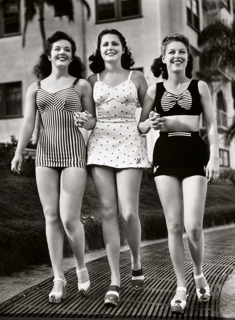 Stock Photo: 486-225 Three young women walking together