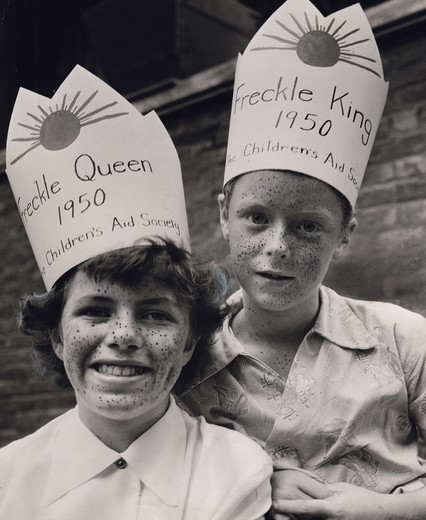 Stock Photo: 486-2591 Portrait of boy and girl wearing paper crown