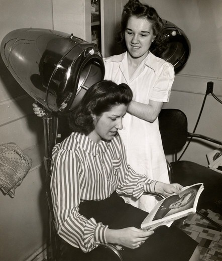 Stock Photo: 486-995 Woman at hairdresser's
