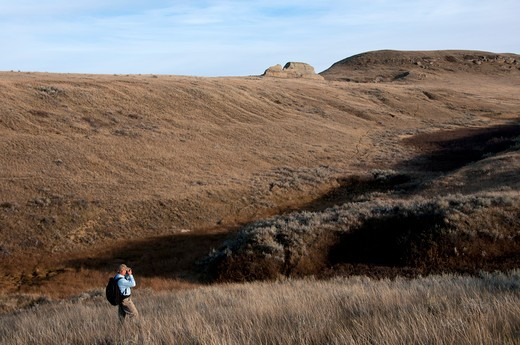 Stock Photo: 647-2121 Man hiking in a desert, Grasslands National Park, Saskatchewan, Canada
