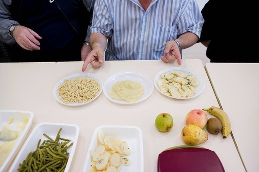 DIETETICS WORKSHOP. Photo essay at the hospital of Meaux 77, France. Department of internal medicine : Diabetology _ Endocrinology _ Hypertension. Dietetic workshop. Sensibility to food equilibrium. The participants learn to classify the groups of food with the help of a dietician. Evaluation of the quantity and weight of different aliments pasta, mashed potatoes and potatoes. : Stock Photo