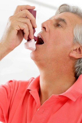 Stock Photo: 824-104812 ASTHMA TREATMENT, ELDERLY PERSON. Model.