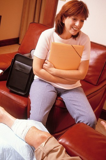 Stock Photo: 824-105885 PRESCRIPTION BY MED.  ASSISTANT. PRESCRIPTION BY MED.  ASSISTANT Models. Home care.