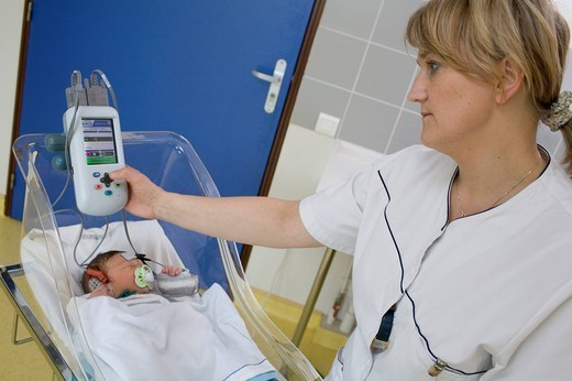 AUDIOMETRY, NEWBORN BABY. Photo essay at the maternity of Saint_Vincent de Paul hospital, Lille, France. Hearing test : Auditory Evoked Potentials AEP. : Stock Photo