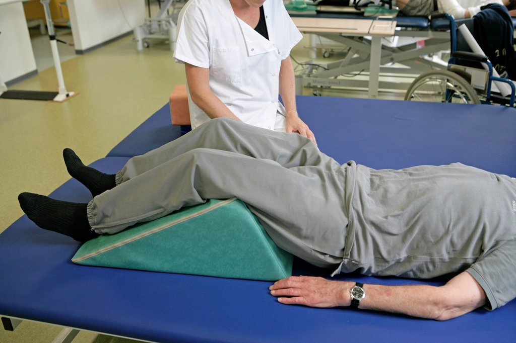 Stock Photo: 824-113386 REHABILITATION, ELDERLY PERSON