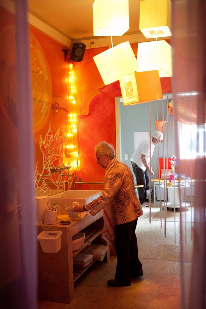 SNOEZELEN & ALZHEIMER. Reportage in a snoezelen room in Liège. Mony, 85, who has Alzheimer´s disease, moves around in this multi_sensory environment, which is both soothing and stimulating, with Marc Thiry, a physiotherapist specialising in psychomotor education. Professor Thiry has been following Mony since her disease was diagnosed 5 years ago. By stimulating the senses, these rooms allow people with Alzheimer´s, who, despite their disease, maintain a sensorial memory, to lower their anxiety l : Stock Photo