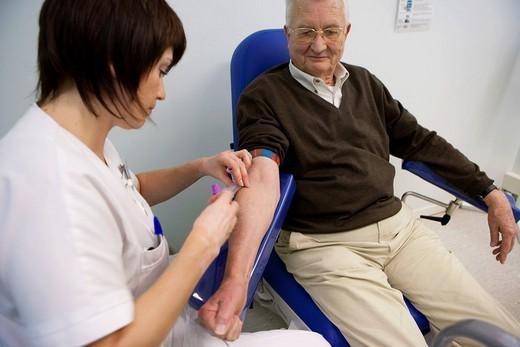 BLOOD SPECIMEN, ELDERLY PERSON. Photo essay at the hospital of la Croix Saint_Simon, Paris, France. Laboratory. Blood sampling. : Stock Photo
