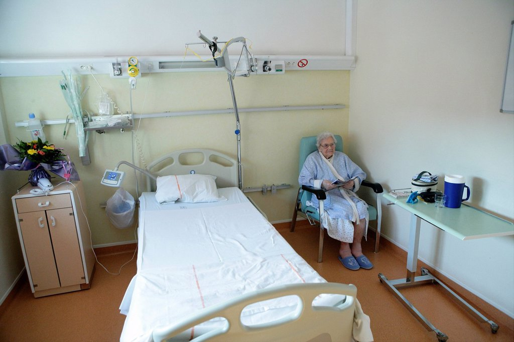 Stock Photo: 824-20286 ELDERLY HOSPITAL PATIENT. Photo essay at Rouen hospital, France. Department of pneumology.