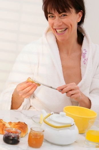 Stock Photo: 824-20932 ELDERLY PERSON EATING BREAKFAST. ELDERLY PERSON EATING BREAKFAST Model.