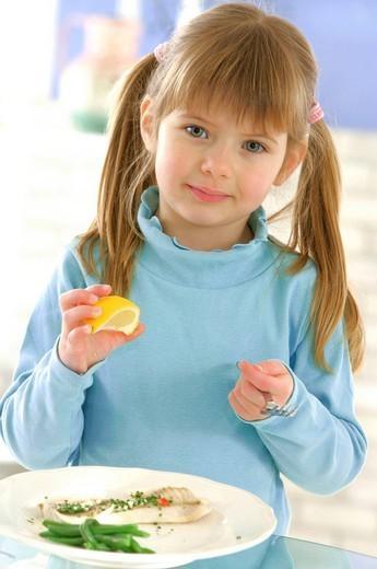 Stock Photo: 824-22219 CHILD EATING FISH. Model.