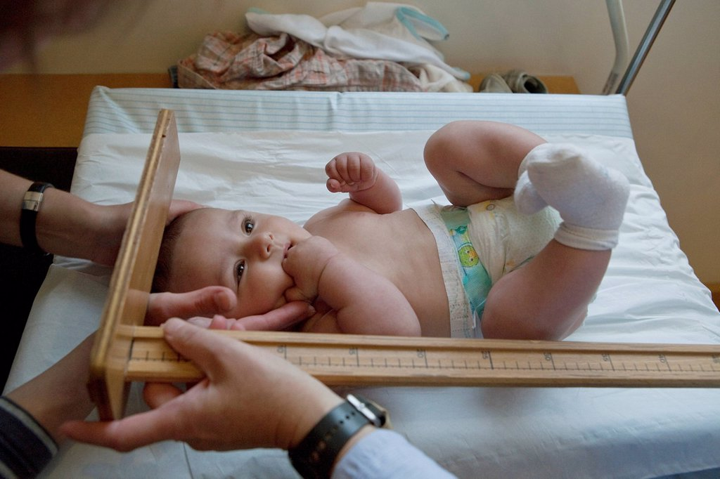 Stock Photo: 824-26952 MEASURING HEIGHT, INFANT