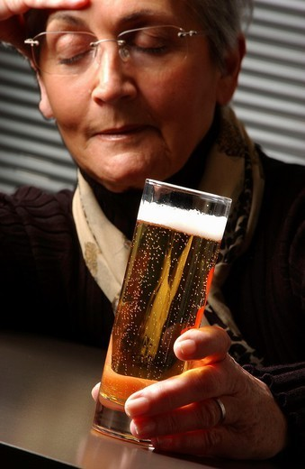 Stock Photo: 824-30866 ELDERLY PERSON DRINKING. ELDERLY PERSON DRINKING Model.