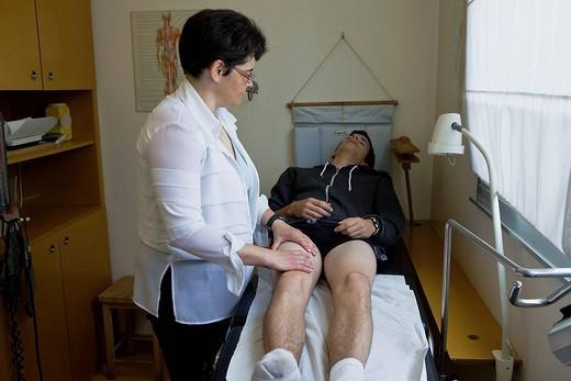 LEG, SYMPTOMATOLOGY IN AN ADOLES : Stock Photo
