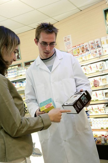 Stock Photo: 824-43733 INTERIOR OF A CHEMIST´S SHOP. INTERIOR OF A CHEMIST´S SHOP Models.