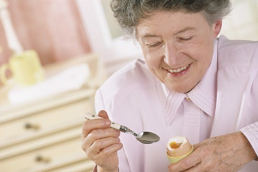 Stock Photo: 824-44783 ELDERLY PEOPLE EATING A MEAL. ELDERLY PEOPLE EATING A MEAL Model.