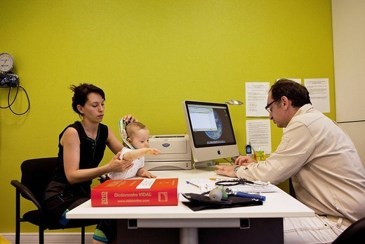 CHILD IN CONSULTATION, DIALOGUE : Stock Photo