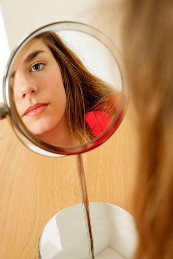 Stock Photo: 824-49776 ADOLESCENTWITHMIRROR. ADOLESCENTWITHMIRROR Model