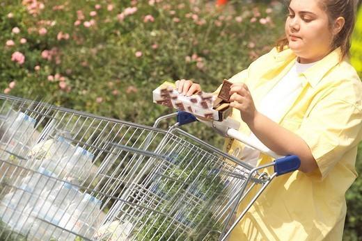 Stock Photo: 824-56992 WOMAN EATING. Model.