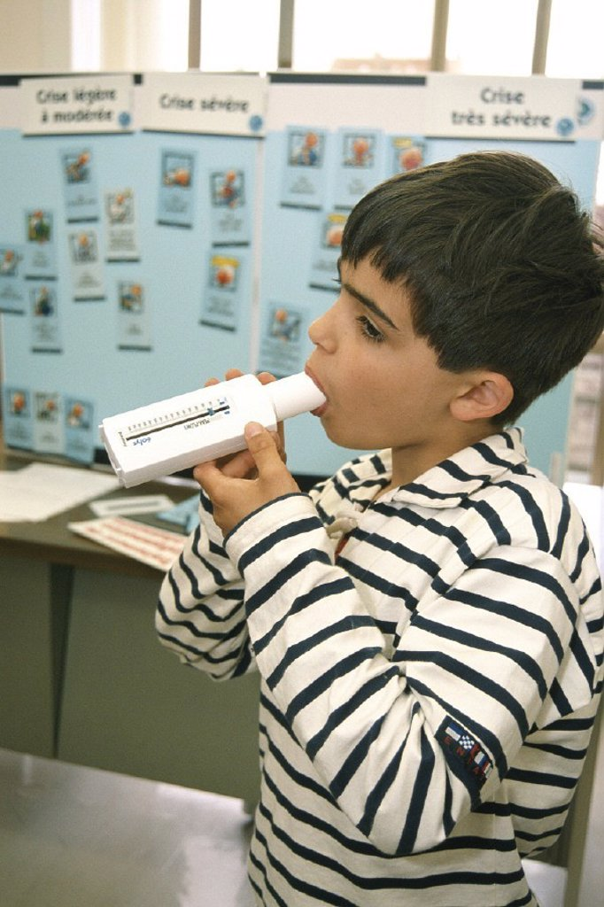 Stock Photo: 824-61358 BREATHING, SPIROMETRY IN A CHILD. BREATHING, SPIROMETRY IN A CHILD Photo essay. Asthma patient education, Pneumology Department.