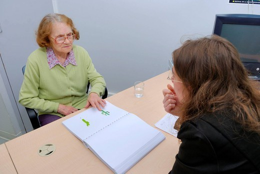 TESTING FOR ALZHEIMER´S DISEASE. Hotel Dieu, University hospital of Rennes, France. Department of geriatric medicine. Neuropsychologist with a patient. She is untertaking the test DMS_48. The DMS_48 Delayed Matching to Sample is a test of memory with visual recognition used to diagnose and measure the severity of dementia, including Alzheimer´s disease. First of all the patiente must look at a series of drawings. They will then be presented again mixed with others very similar , the patient must : Stock Photo