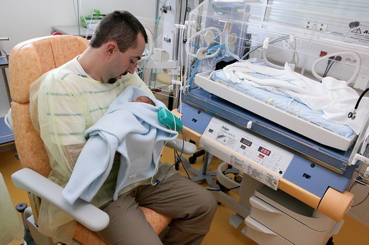 NEONATOLOGY. NEONATOLOGY Photo essay at the hospital of Meaux 77, France. Department of neonatal resuscitation. A father is holding one of his premature twins in his arms. : Stock Photo