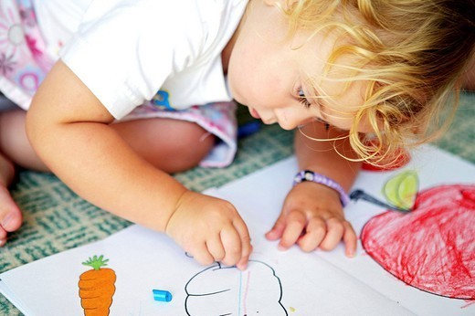 Stock Photo: 824-69475 CHILD DRAWING. Worldwide distribution except for South Africa