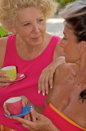 Stock Photo: 824-83659 ELDERLY PERSON WITH HOT DRINK. Models.